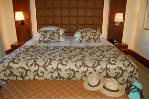 Stylish décor and a huge bed. Oh, and sun hats provided too.